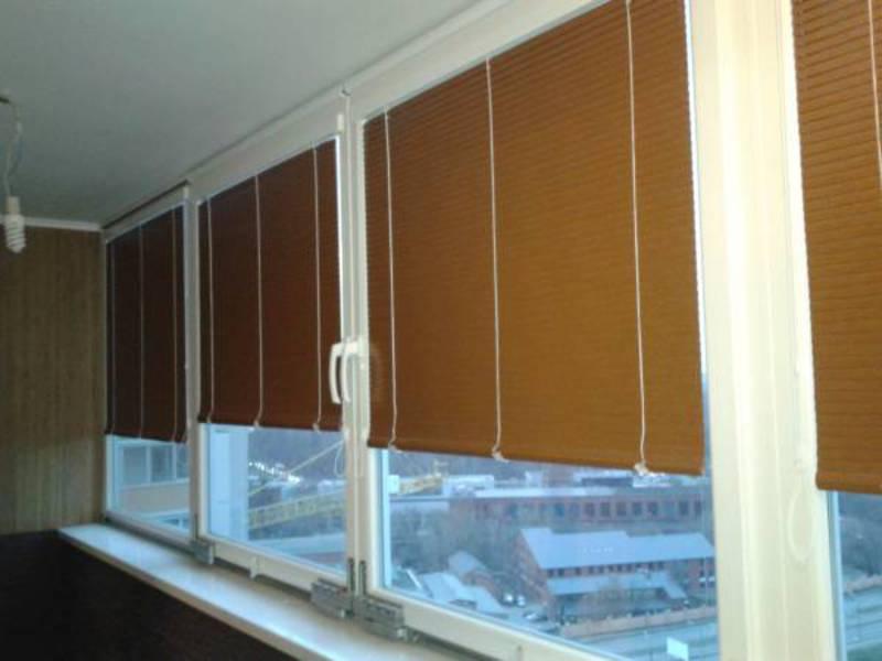 Выбираем жалюзи на балкон с раздвижными окнами: разновидност.