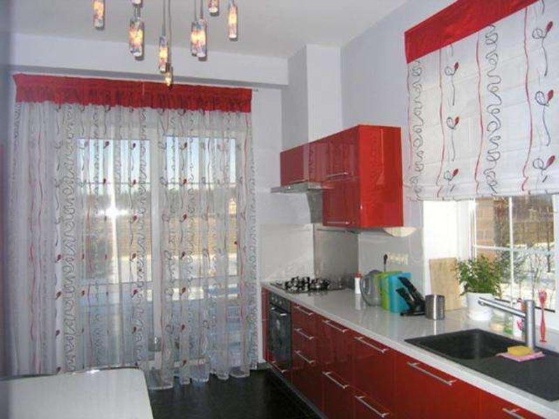 Красные занавески на кухню фото.