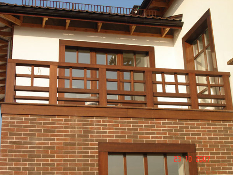 Деревянные ограждения балконов..