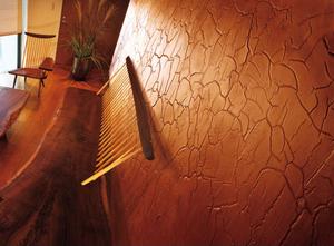 Стена отделана декоративной штукатуркой