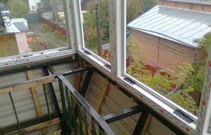 Этап работы с остеклением балкона